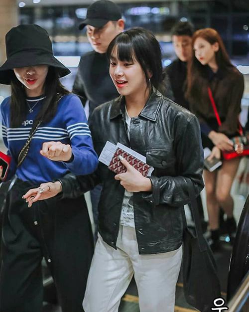 Chae Young cá tính với áo khoác da, quần tập thể thao thoải mái khi di chuyển.