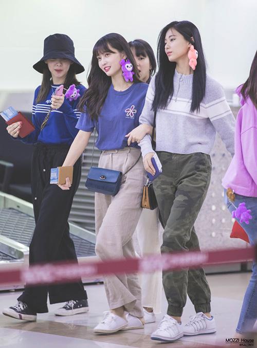 Na Yeon, Momo và Tzuyu đều chuộng kiểu quần thoải mái, không hề bó sát, giày thể thao tiện dụng. Momo và Tzuyu nghịch ngợm khi lấy gấu bông làm khuyên tai, tự tin rảo bước ở sân bay.
