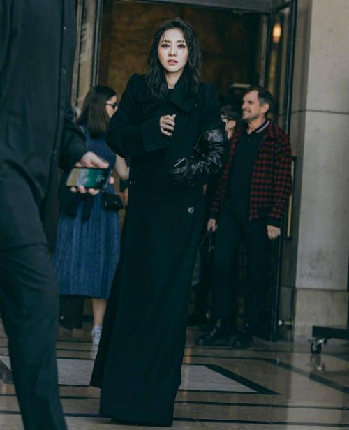Ngôi sao Hàn Quốc chọn set đồ đen sang chảnh cùng style make up đậm và kiểu tóc xoăn cuốn hút.