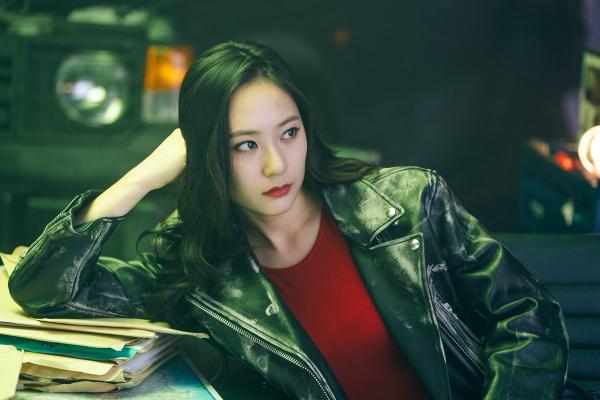 Hình tượng mạnh mẽ của Krystal trong phim Player.