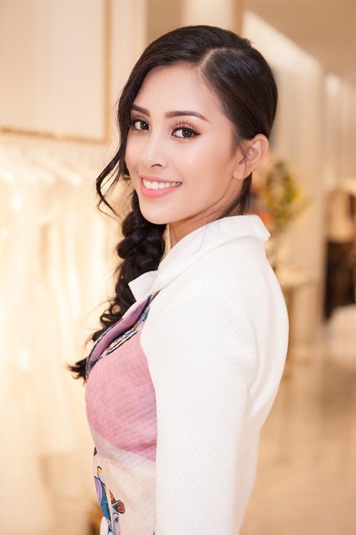 Để có màn hiện chỉn chu mang tầm quốc tế này, Hoa hậu tìm đến Nhà thiết kế Lê Thanh Hoà để được hỗ trợ về trang phục. Nàng Hậu được thiết kế riêng những  bộ cánh bắt mắt phù hợp với sự trang trọng.