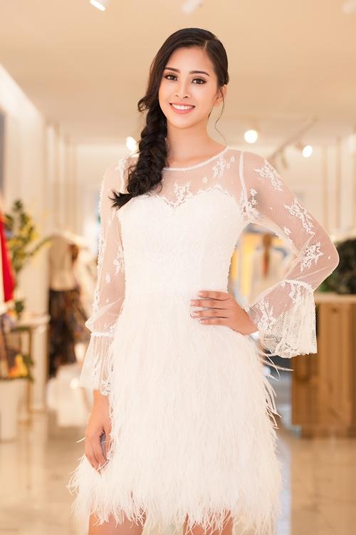 Hoa hậu Trần Tiểu Vy vừa có buổi thử trang phục để chuẩn bị cho chuyến công tác nước ngoài đầu tiên sau khi đăng quang. Chưa đầy 2 tuần sau khi đội vương miện, người đẹp 10x đã tất bật với nhiều hoạt động.