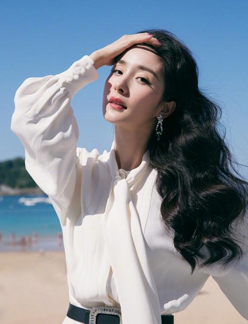 Ra mắt khán giả quốc tế, Dương Mịch diện váy trắng thướt tha của hãng Valentino, mái tóc đen bồng bềnh quyến rũ.