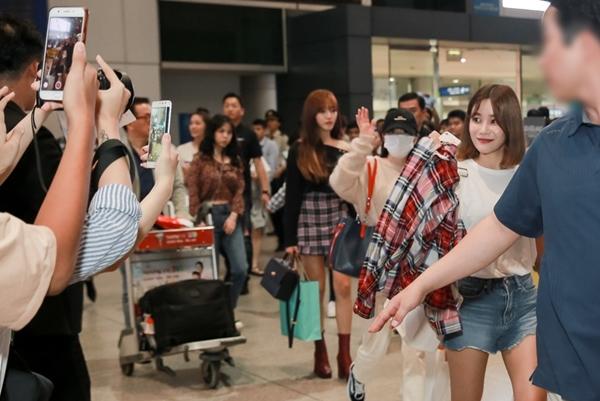 Các cô nàng bất ngờ, hạnh phúc khi được fan Việt chào đón nồng nhiệt. Họ thân thiện vẫy tay chào hỏi trước khi ra xe về khách sạn nghỉ ngơi.