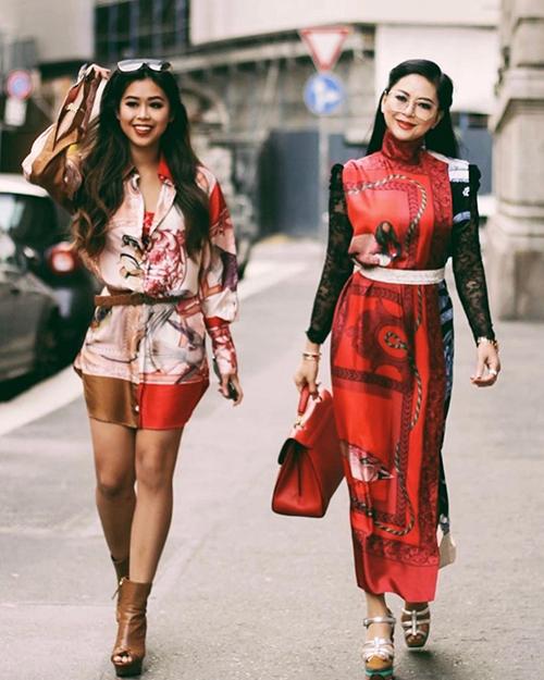Hai mẹ con thu hút sự chú ý trên đường phốvới những bộ trang phục rực rỡ sắc màu, tràn ngập phụ kiện xa hoa.
