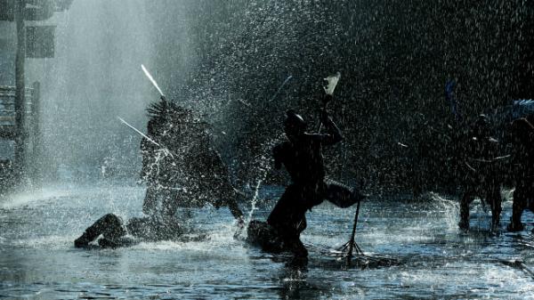 Bối cảnh phim luôn được đặt dưới trời mưa.