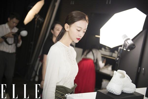 Tham dự tuần lễ thời trang Paris, ngôi sao Diên Hy công lược trở thành tâm điểm bàn tán với nhan sắc đẹp mặn mà và thần thái pose hình đã có tiến bộ.