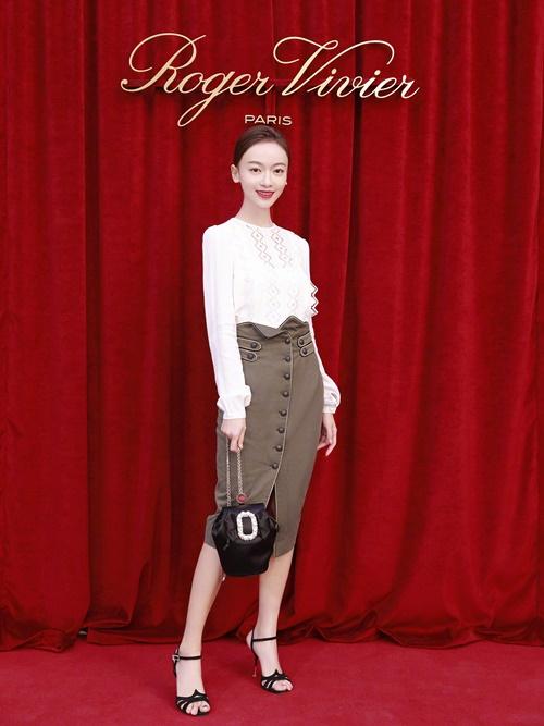 Ngày 28/9, Ngô Cẩn Ngôn có mặt tại triển lãm giày của Roger Vivier. Cô lựa chọn trang phục thanh lịch, nhẹ nhàng: áo trắng, chân váy bút chì màu be mix cùng giày cao gót và túi xách màu đen.