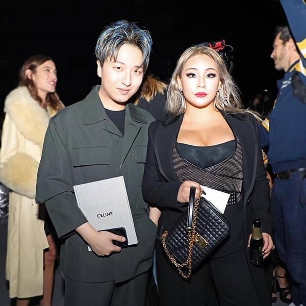 Buổi tối cùng ngày, CL tham dự show của thương hiệu Céline. Cựu thành  viên 2NE1 vẫn trung thành với trang phục màu đen sang chảnh, mạnh mẽ.