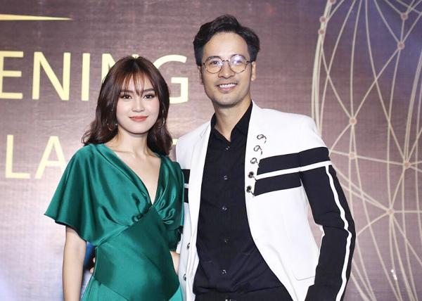Lan Ngọc chụp ảnh cùng nam diễn viên Đoàn Thanh Tài. Cô chúc mừng đồng nghiệp vì lên chức giám đốc đối ngoại của trung tâm làm đẹp này.