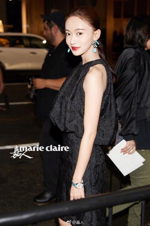 Cách đây 2 tuần, nàng Anh Lạc cũng góp mặt tại 4 show diễn thuộc Tuần  lễ thời trang New York. Tại show Calvin Klein, Ngô Cẩn Ngôn gây ấn tượng  với mẫu váy đen thêu họa tiết, phối cùng khuyên tai xanh ngọc bích.
