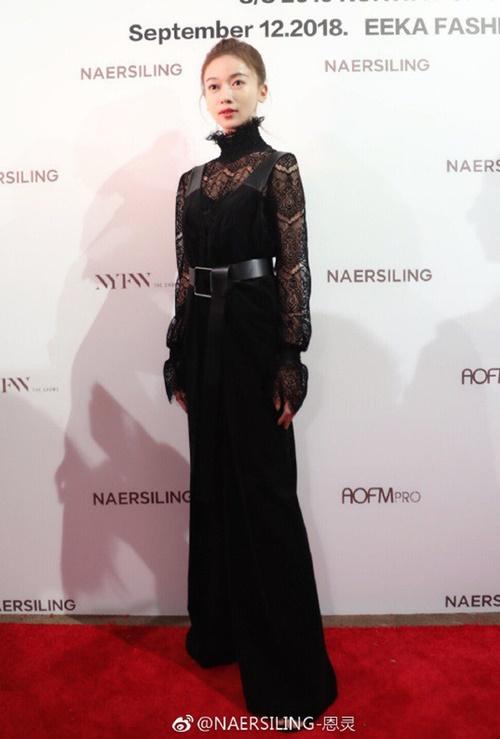 Tại show Naersiling, người đẹp diện cây đen với áo ren cao cổ mix cùng yếm nhung và mang thêm thắt lưng da bản to giúp vóc dáng cao ráo hơn.