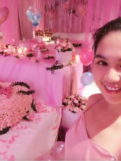 Ngọc Trinh bật khóc trước món quà sinh nhật hồng toàn tập của bạn trai - 1