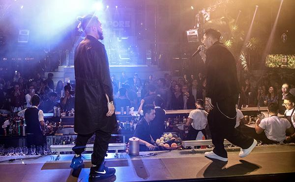 Cả hai nghệ sĩ cùng trình diễn live ca khúc, cùng nhiều nghệ sĩ và bạn trẻ quẩy tưng tưng trong một không gian sôi động.
