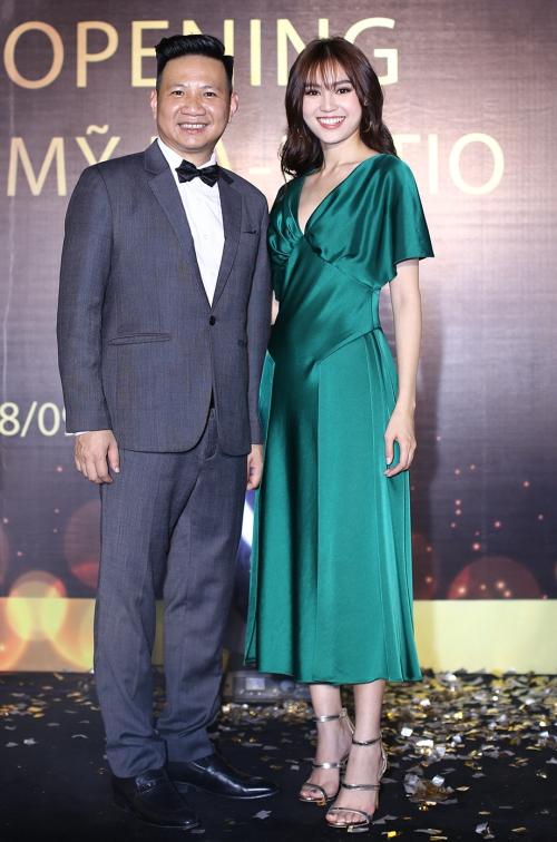 Ngày 28/9, Ninh Dương Lan Ngọc là khách mời tham dự khai trương một cơ sở làm đẹp tại TP HCM. Cô diện bộ cánh xanh nổi bật khoe nhan sắc tươi trẻ, rạng ngời.