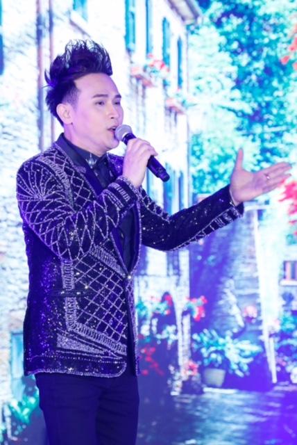 Ngoài vai trò cầm cân nảy mực, ca sĩ Nguyên Vũ trình diễn mở màn chương trình với ca khúc Cô Ba Sài Gòn, kết hợp với phần trình diễn của các thi sinh trong phần trang phục áo dài.