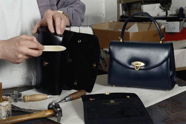 Thông điệp bí mật phía sau chiếc túi xách Nữ hoàng Anh luôn kè kè bên mình - 1