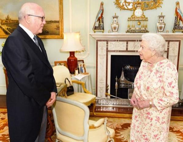 Thông điệp bí mật phía sau chiếc túi xách Nữ hoàng Anh luôn kè kè bên mình - 3