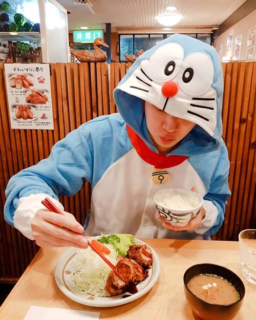 Kim Hee Chul mặc nguyên bộ Doraemon đi ăn ngon lành.