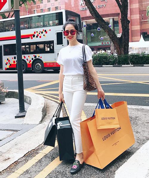 Hình ảnh của Hòa Minzy 1 năm gần đây thường xuyên gắn liền với những chuyến oanh tạc các shop thời trang, chi vài trăm triệu đồng cho một lần mua sắm.
