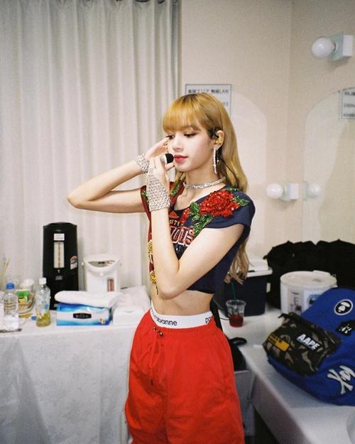 Lisa chia sẻ ảnh hậu trường show diễn, diện áo crop top khoe eo con kiến.