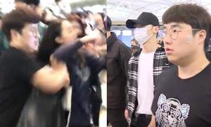 Quản lý của Wanna One đẩy bay người hâm mộ ở sân bay