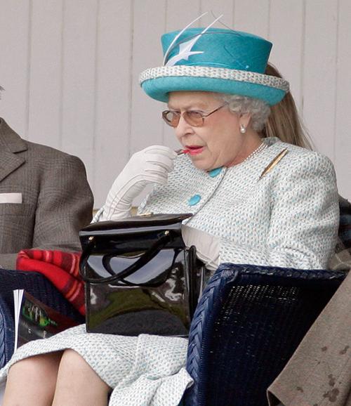 Thông điệp bí mật phía sau chiếc túi xách Nữ hoàng Anh luôn kè kè bên mình - 2
