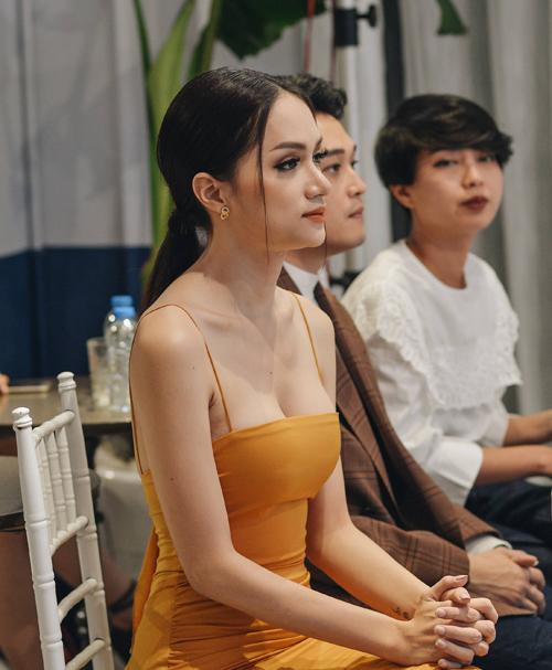 Kiểu váy hai dây siêu mảnh giúp Hương Giang tôn lên vòng một căng đầy. Váy dây spaghetti như sắp đứt cũng là một xu hướng sexy đang được nhiều cô gái trên thế giới yêu thích.