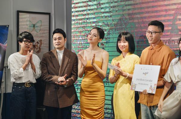 Cùng đảm nhiệm vai trò giám khảo với Hương Giang còn có nam ca sĩ Quang Vinh. Cặp đôi lên trao giải cho nhóm giành giải Nhất Chuyến đi của năm.