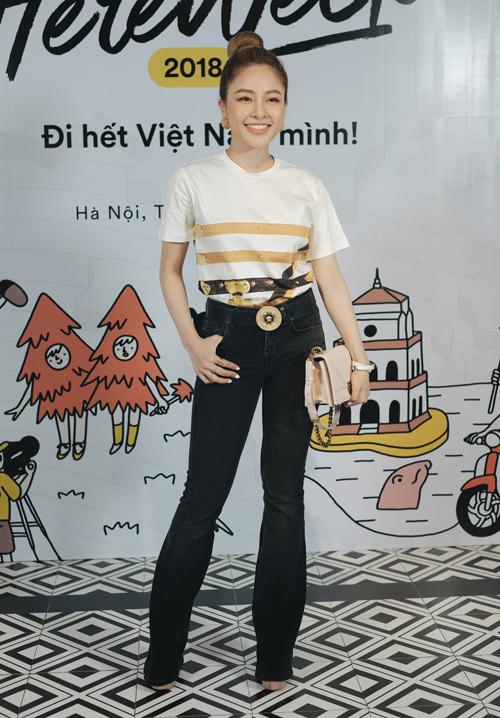 Hot girl Trâm Anh xuất hiện trong đêm gala với vai trò khách mời.