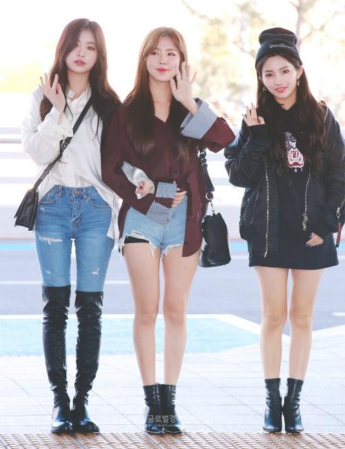 Soo Jin là đại diện cho nét gợi cảm, boots cao cổ đầy quyến rũ. So Yeon là rapper của nhóm, gu ăn mặc cũng thể hiện phong cách âm nhạc mà nữ ca sĩ theo đuổi.
