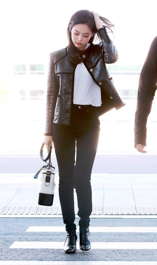 Jennie lên đường dự Tuần lễ thời trang Paris, thành viên Black Pink chọn set đồ đen trắng tối giản, đầy sang chảnh khi ra sân bay.