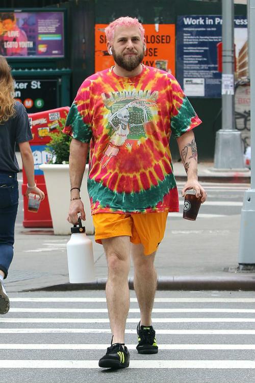 Nam diễn viên Jonah Hill cũng thường xuyên diện những bộ đồ với gam màu sặc sỡ, đặc trưng với style này.