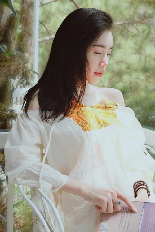 Elly Trần đẹp mơ màng trong nắng như cô thiếu nữ.