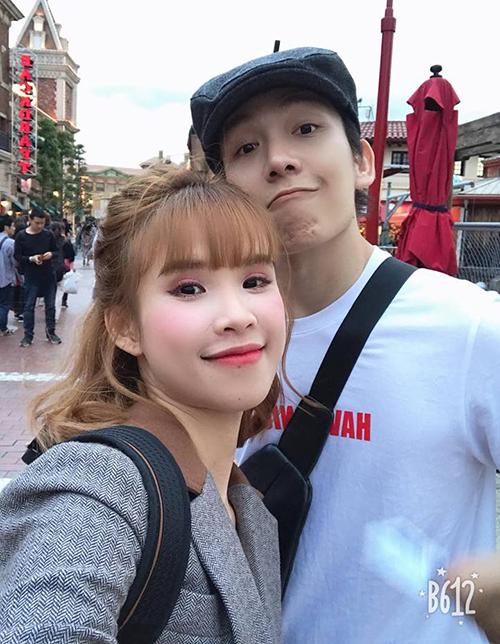 Hai vợ chồng Khởi My - Kelvin Khánh tíu tít chụp hình khi cùng nhau đi Nhật Bản.
