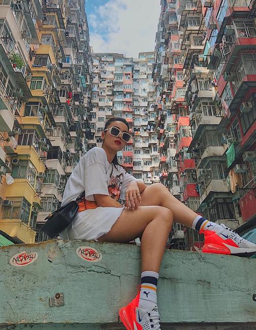 Yến Trang chụp hình ở khu nhà nổi tiếng bậc nhất Hong Kong.