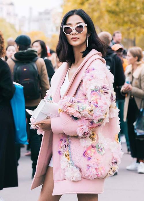 Hoàng Thùy diện đồ màu hồng nổi bật tham dự Paris Fashion Week.