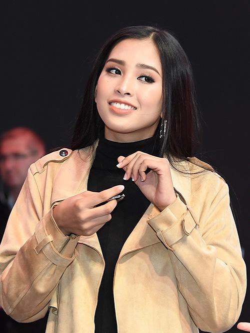 Mới đây, Tiểu Vy đã xuất hiện tại buổi tổng duyệt của sự kiện này. Cô diện trang phục kín đáo, make up nhẹ khoe đẹp nhẹ nhàng nhưng thần thái cũng đầy sang chảnh.