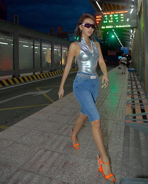 Từ quần thun bó chẽn, các kiểu quần lửng ôm sát với những chất liệu như denim, jeans cũng được các IT Girl Việt hưởng ứng.