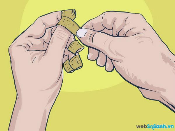 Bôi lên móng tay một số loại sơn có mùi vị khó chịu hoặc bọc móng tay lại để quên đi việc thèm cắn móng tay.