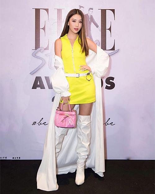 Quỳnh Anh Shyn không được đánh giá cao vì trang phục vừa sai hoàn toàn về màu sắc lại có kiểu dáng khó hiểu.