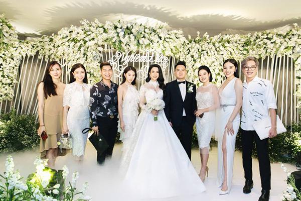 Hội bạn thân của Diệp Lâm Anh cùng chọn dress code màu đen trắng trong đám cưới của nữ ca sĩ hồi tháng 5. Tuy nhiên Hà Lade lại lạc quẻ với bộ cánh màu nâu be. Cũng vì trang phục này mà bức ảnh cả hội rich kid trông bớt phần hoàn hảo.