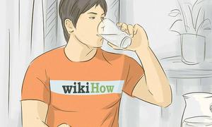 Vừa ăn cơm vừa uống nước, liệu có sao?