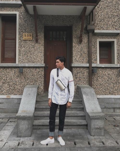 Sơ mi mix cùng quần jeans xắn gấu và sneakers cũng thường xuyên được Quang Đại lựa chọn. Không cần trưng trổ quá nhiều phụ kiện, món đồ hàng hiệu, Quang Đại vẫn có sức hút riêng.