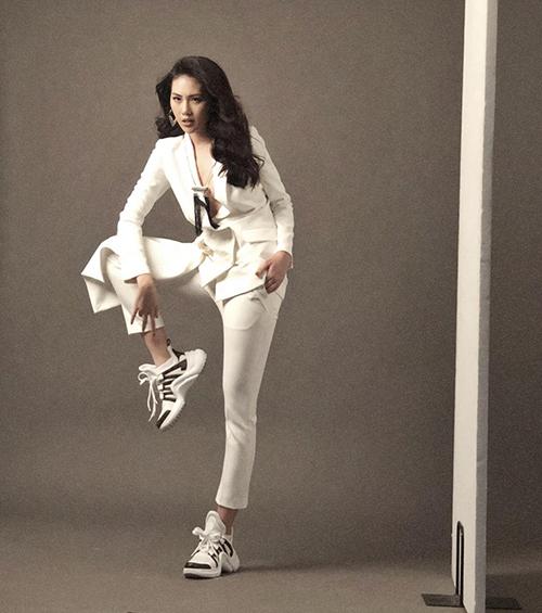 Giải Vàng Siêu mẫu Quỳnh Hoa diện vest lịch sự nhưng lại đi đôi sneakers hầm hố trong photoshoot mới.