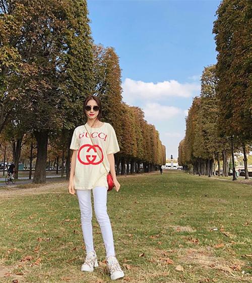 Hòa Minzy tung tăng trên đường phố Paris vớicả cây hàng hiệu Gucci mới sắm.