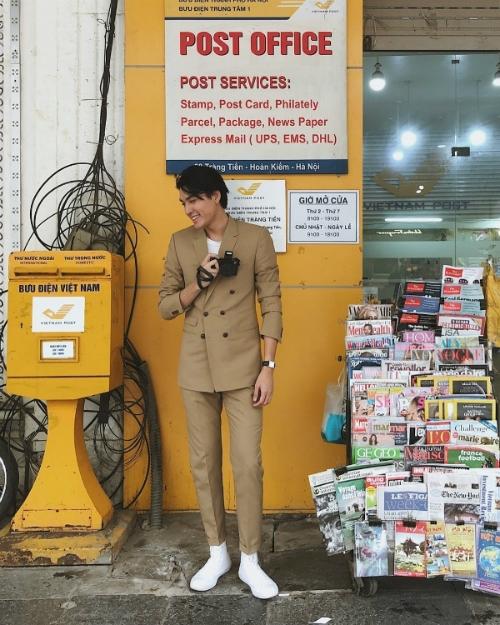 Suit là trang phục thường xuyên được Quang Đại lựa chọn trong các chuyến đi của mình. Anh thường kết hợp suit cùng sneakers và áo phông để tạo diện mạo trẻ trung, năng động nhất.