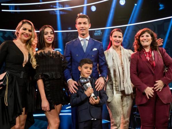 Ronaldo hiện đã có gia đình hạnh phúc bên bạn gái Georgina Rodriguez (thứ hai, từ trái sang) cùng 4 con, trong đó người con út là con của bạn gái hiện tại còn3 người con đầu là nhờ phương pháp mang thai hộ và danh tính người mẹ được giấu kín.