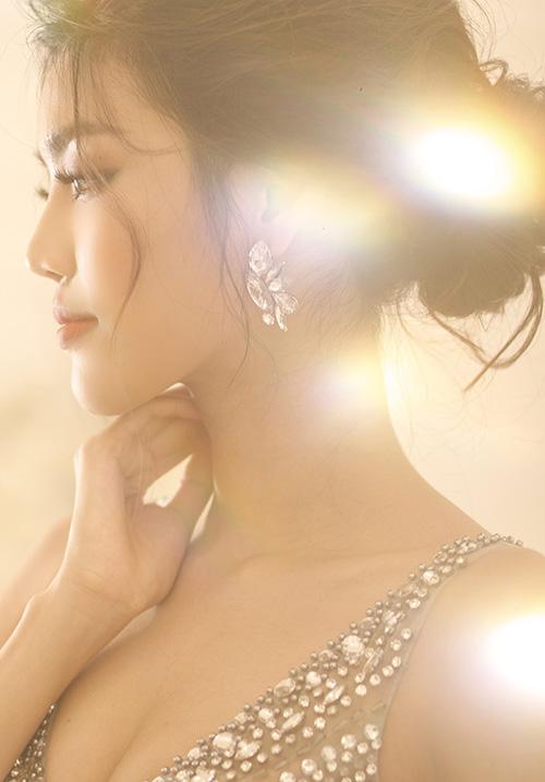 Lan Khuê khoe vẻ đẹp rạng ngời. Từng ánh mắt, nụ cười của cô đều toát lên vẻ hạnh phúc.