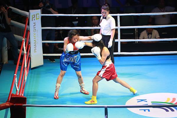 Ngoài những võ sĩ nam, thu hút trên sàn đấu là sự xuất hiện của 4cô gái cá tính,đầy mạnh mẽ. Ở hạng cân flyweight (51kg), võ sĩ Trần Duy Phương (3F City) đối đầu với Nguyễn Thị Thanh Trúc (Nhân Hoà Jewelry).